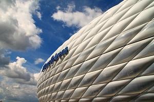 Die Allianz ist als Hauptsponsor der Münchner Fußballarena ganz vorne dabei beim Sportsponsoring. Foto: Wolfgang Dirscherl  / pixelio.de